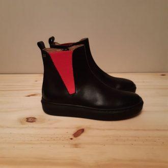 Superbe modéle de chez Stones and Bones . Trés jolie modéle de boots noir , rehausser d' un élastique rouge . Semelle caouchouc noir un peu compensé. On aime sa sobriété et son chaussant impeccable. Un produit idéal pour affronter l' hiver ! chausse normalement. Convient à des pieds fins à normaux